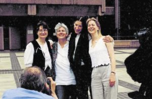 Joanna Wilson, Lotta Kronlid y Andrea Needham actúan contra una fábrica de armamento